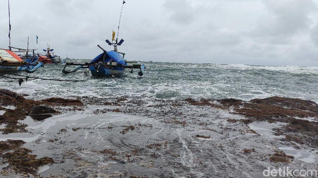 Gelombang Tinggi, Ratusan Nelayan Jayanti Cianjur Tak Bisa Melaut