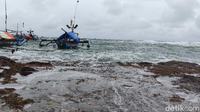 Nelayan Jayanti Cianjur tak bisa melaut akibat cuaca buruk.
