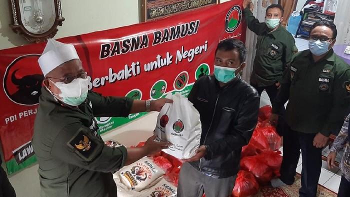 Baitul Muslimin Indonesia (Bamusi) organisasi sayap PDIP memberikan ribuan paket sembako dan vitamin bagi warga yang menjalani isolasi mandiri akibat terpapar Covid-19.