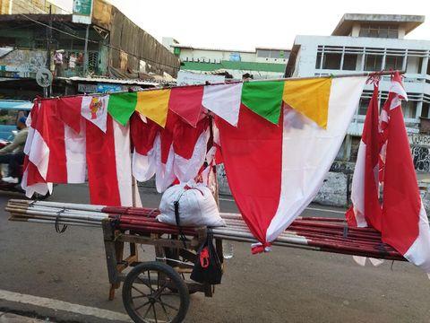 Penjual bendera Merah Putih di Pasar Tanah Abang