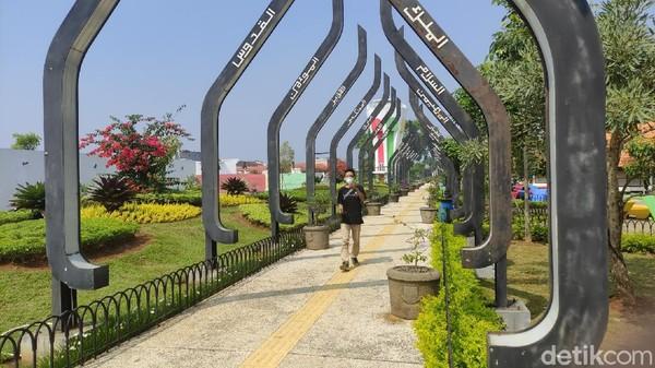 Tak hanya itu, jalan setapak dengan 99 pilar bertuliskan Asmaul Husna juga mempercantik dan menjadi spot primadona untuk berswafoto.