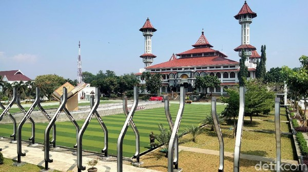 Terdapat tiga spot utama yang menggambarkan tiga pilar budaya Kabupaten Cianjur, yakni halaman rumput sintetis dengan tugu Al-Quran sebagai perwujudan pilar budaya Ngaos.