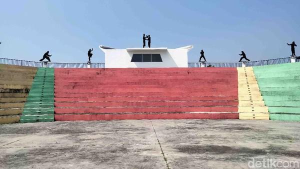 Selain itu ada juga panggung perjutungan dengan bentuk kecapi suling sebagai representasi pilar budaya Mamaos. Terdapat juga auditorium berbentuk segi lima dengan siluet dua orang tengah memeragakan pencak silat asli Cianjur sebagai penggambaran pilar budaya Maenpo.