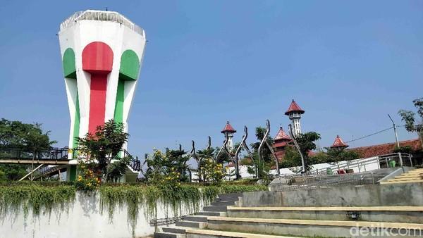 Saat diresmikan, Jokowi menyebut alun-alun tersebut sangat megah dan akan menjadi percontohan nasional.