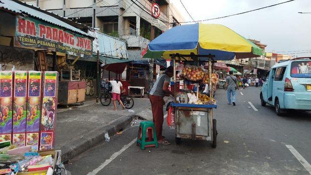 PKL di pinggiran jalan Pasar Blok F Tanah Abang setia menjajakan dagangan meski sepi pembeli