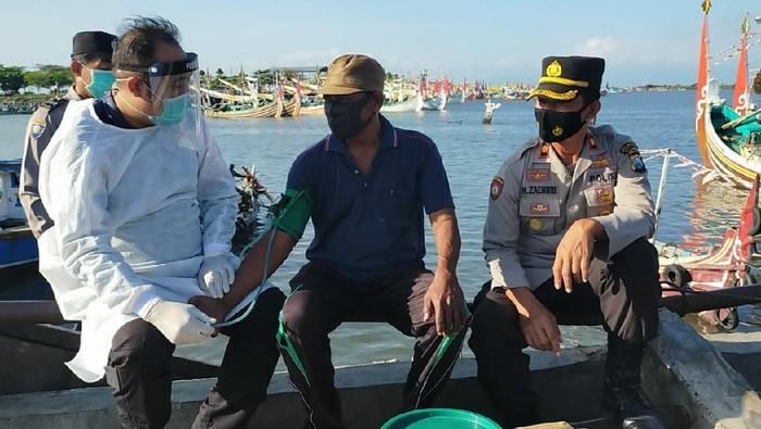 Polisi Banyuwangi Vaksinasi Nelayan dan Petani