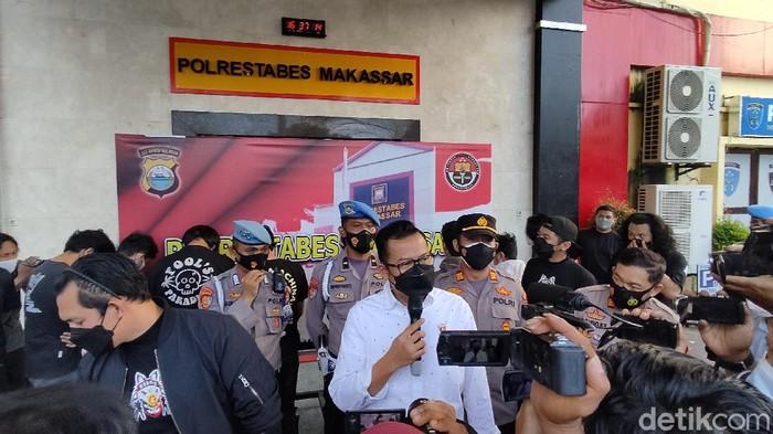 Polisi menangkap 8 orang terkait ajang tarung bebas di Makassar, Sulsel. Enam di antaranya adalah penonton dan dua lainnya sebagai petarung. (Hermawan/detikcom)