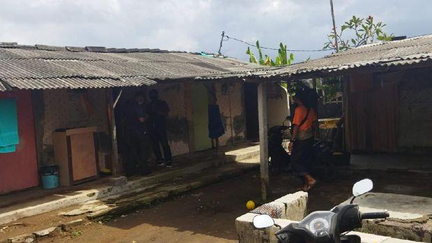 Polisi olah TKP penemuan mayat wanita yang ditemukan dalam kondisi mulut berdarah (dok Istimewa)