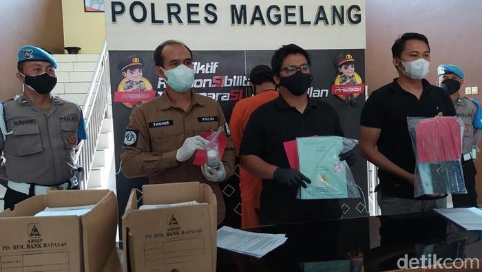 Polres Magelang rilis kasus kredit fiktif dengan tersangka anggota DPRD Kota Magelang inisial SN, Rabu (4/8/2021).