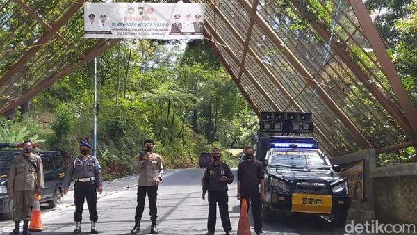 Menurut Kapolsek Kevamatan Tinggimoncong, IPTU Hasan Fadhlyh, TNI POLRI bersama Satgas COVID akan mengoptimalkan penjagaan di akses jalan masuk menuju camp lembanna. Mengantisipasi wisatawan yang datang dan membuat tenda. Polisi berjaga di pintu masuk kawasan wisata Malino (Ibnu Munsir/detikcom)