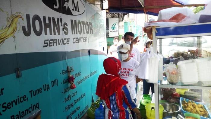 Relawan di Medan beli dagangan pelaku UMKM lalu bagikan ke warga (Datuk-detikcom)