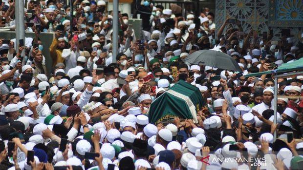 Sejumlah warga ikut salat jenazah Habib Sayyid Saggaf bin Muhammad Aljufri. Gubernur Sulteng dan Walkot Palu ikut dalam rangkaian prosesi tersebut. (Foto Antara)