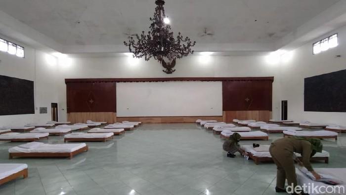 Suasana isolasi terpusat OTG Corona di Gedung Wanita Karanganyar. Foto diambil Rabu (4/4/2021).