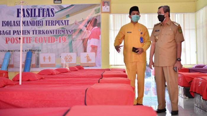 Gubernur Riau Syamsuar mengecek kesiapan RS Darurat COVID-19, Rabu (4/8/2021).