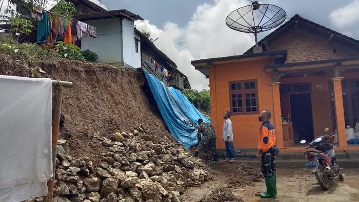 Tingginya intensitas curah hujan dalam beberapa hari terakhir mengakibatkan longsor di dua lokasi di Trenggalek