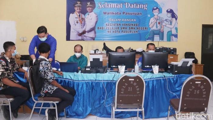 Seribu siswa SMA/SMK Kota Pasuruan menerima vaksin COVID-19 dosis pertama. Ini merupakan bagian dari percepatan vaksinasi COVID-19 masyarakat usia 12 tahun ke atas, yang masih jauh dari target.