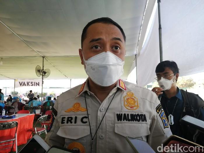 Nakes di Surabaya mulai menjalani vaksinasi COVID-19 dosis ketiga. Mereka disuntik vaksin Moderna dari Amerika Serikat.