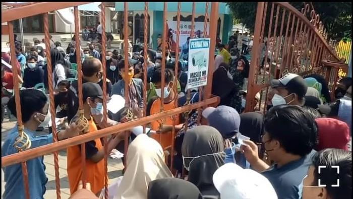 Viral warga antre divaksin di Batuceper, Kota Tangerang (tangkapan layar video/Instagram @tangerangnews)