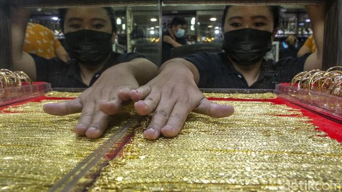 Fenomena tren penjualan emas tengah meningkat di masa pandemi. PPKM Level 4 di Kota Bekasi membuat warga kini mulai menjual sejumlah barang investasinya.