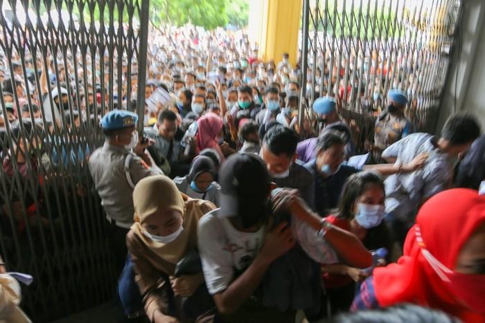 Warga berdesakan di lokasi vaksinasi COVID-19 di Sumut (dok. Istimewa)