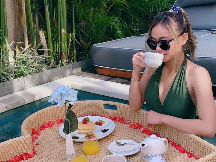 Widya, Aspri Seksi Hotman Paris Saat Menikmati Floating Breakfast