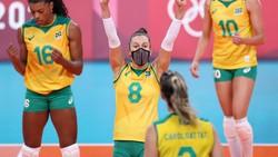 Masker seperti bukan halangan bagi para pevoli Brasil di Olimpiade Tokyo 2020. Mereka tetap memakai masker meski sedang beraksi di tengah laga. Eungap lihatnya!