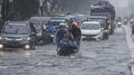 Hujan Deras, Margonda Raya Tergenang, Motor Mogok