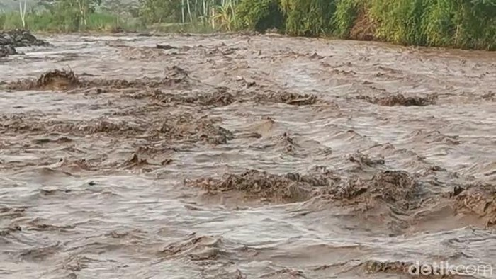 Kawasan Gunung Semeru diguyur hujan dengan intensitas tinggi. Sehingga mengakibatkan banjir lahar hujan ke sejumlah daerah aliran sungai (DAS).