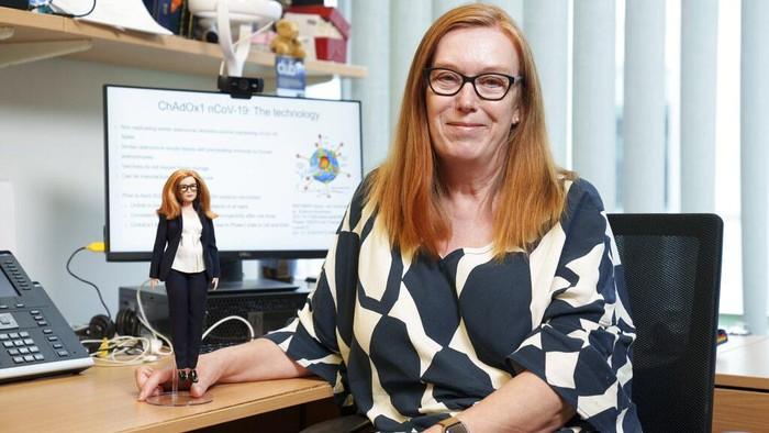 Sosok Sarah Gilbert curi perhatian dunia. Ia merupakan ilmuwan vaksin COVID-19 AstraZeneca. Sosoknya pun diabadikan dalam bentuk barbie sebagai bentuk apresiasi