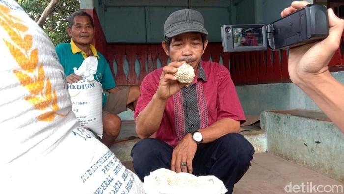Warga Pandeglang, Banten, dihebohkan dengan gumpalan beras seperti batu. Beras tersebut merupakan bantuan bagi warga yang terdampak PPKM.