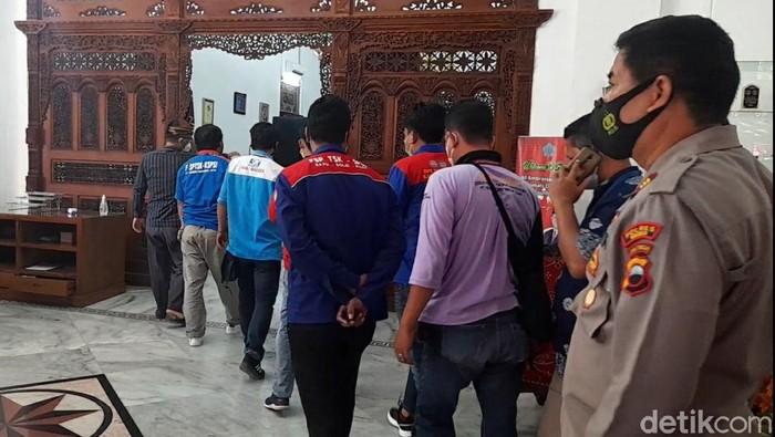 Belasan perwakilan buruh mendatangi Pendopo Bupati Brebes untuk audiensi, Kamis (5/8/2021)