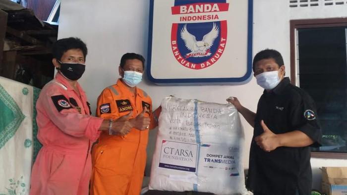 CT ARSA Foundation memberikan bantuan APD kepada Relawan Banda Indonesia di Balikpapan, Kalteng.
