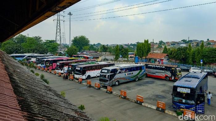 Penumpang bus Terminal Kampung Rambutan, Jakarta, turun 90% imbas pandemi COVID-19. Alhasil, bus-bus AKAP lebih sering ngetem di terminal.