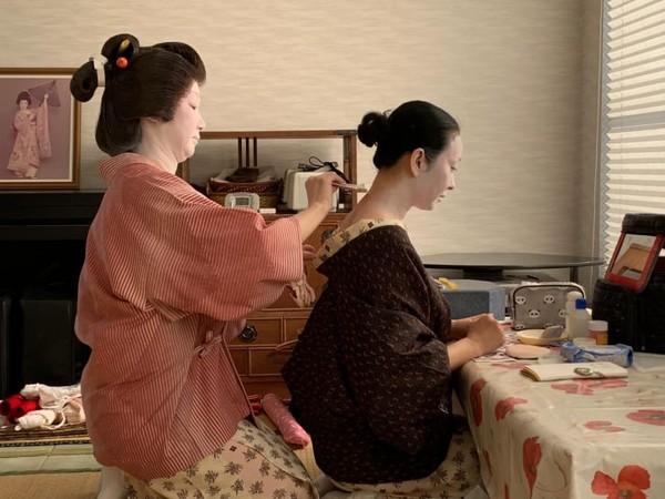Persiapan harian seorang geisha yakni memakai riasan putih, melukis wajah dan menyempurnakan posisi wig. Di rumah AKASAKA Geisha, penjahit membantu setiap geisha mengikat kimono rumit yang masing-masing dapat menelan biaya lebih dari USD 10.000.