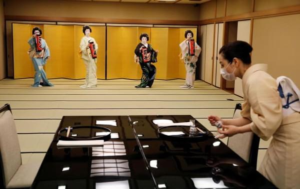 Bagian dari profesi rahasia geisha adalah hostes, penghibur, dan pemain terampil dalam seni tradisional Jepang. Mereka bekerja di dalam restoran tradisional mewah yang disebut Ryotei.