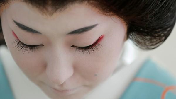 Syarat wajib menjadi geisha yakni belum menikah. Mereka dapat bekerja dalam profesi selama yang mereka inginkan tanpa pensiun.