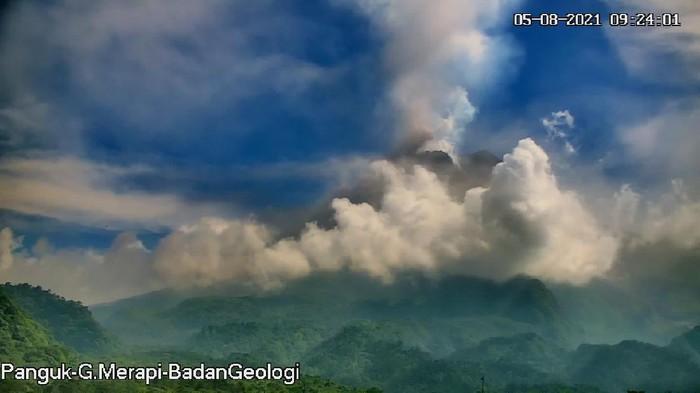Gunung Merapi luncurkan awan panas, Kamis (5/8/2021).