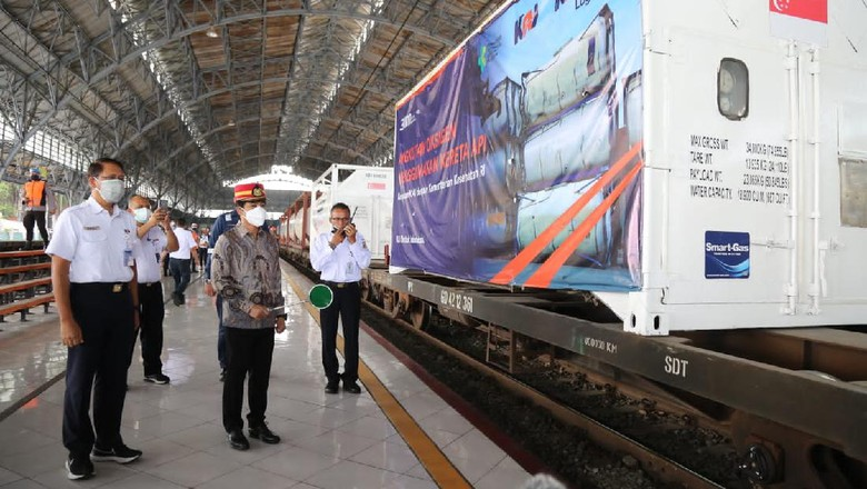 Pengiriman tabung oksigen dari Jakarta ke Surabaya.