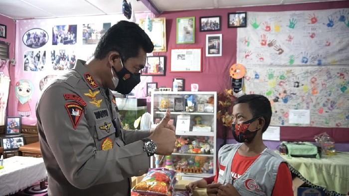 Kapolda Aceh Irjen Wahyu Widada menemui anak penderita ginjal bocor di Aceh