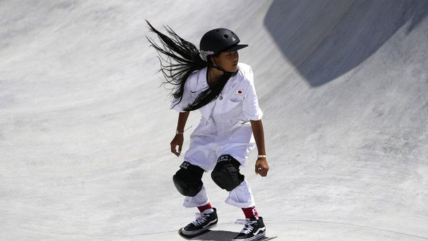 Kokona Hiraki of Japan competes in the women's park skateboarding prelims at the 2020 Summer Olympics, Wednesday, Aug. 4, 2021, in Tokyo, Japan. (AP Photo/Ben Curtis)