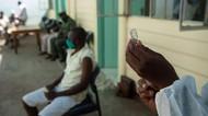 Momen Para Napi di Zimbabwe Divaksin COVID-19