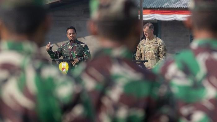 Kepala Staf TNI Angkatan Darat (KASAD) Jenderal Andika Perkasa (kiri) didampingi Komandan Tentara Angkatan Darat Amerika (US Army) Asia Pasifik Jenderal Charles A Flynn (kanan) berpidato saat pembukaan Latihan Bersama Garuda Shield ke 15/2021 di Pusat Latihan Tempur (Puslatpur) TNI AD di Baturaja, OKU, Sumatera Selatan, Rabu (4/8/2021). Latihan bersama yang digelar di tiga daerah yaitu Baturaja, OKU, Sumsel, Makalisung, Minahasa Utara, Sulut dan Amborawang, Kukar, Kalimantan Timur tersebut merupakan  yang terbesar dalam sejarah kerja sama militer Angkatan Darat kedua negara dengan melibatkan 2.246 personel TNI AD dan 2.282 personel US Army. ANTARA FOTO/Nova Wahyudi/aww.