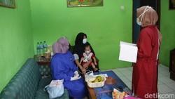 Sejumlah relawan memeriksa kesehatan para ibu menyusui penyintas COVID-19 di Jakarta. Pemeriksaan dilakukan dalam rangka pekan ASI Sedunia.