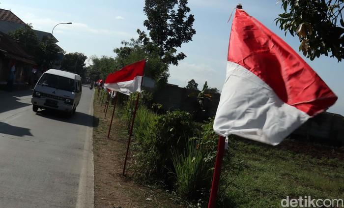 Bendera merah putih mulai menghiasi jalanan di Kabupaten Bandung, Jawa Barat, Kamis (5/8).