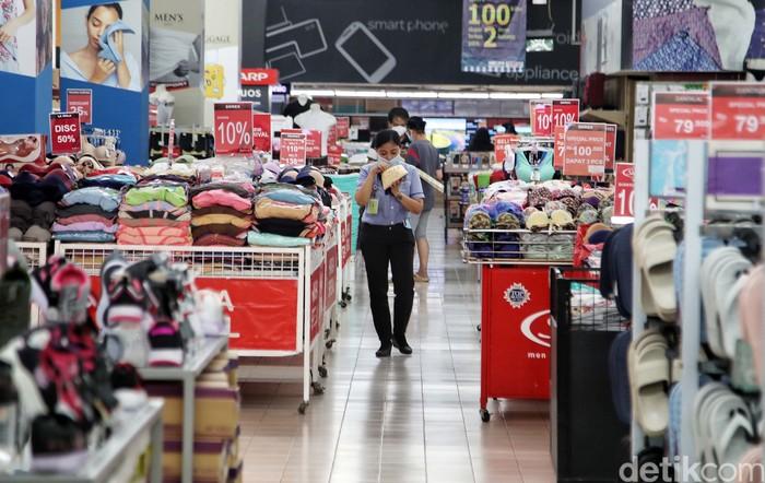 Tampak supermarket di kawasan Jakarta terlihat sepi pembeli. Pertumbuhan ekonomi Indonesia kuartal II 2021 berhasil mencapai angka 7,07% (year on year). Angka ini dirasa dekat dengan prediksi yang telah diproyeksikan Kementerian Keuangan di level 7,1%.