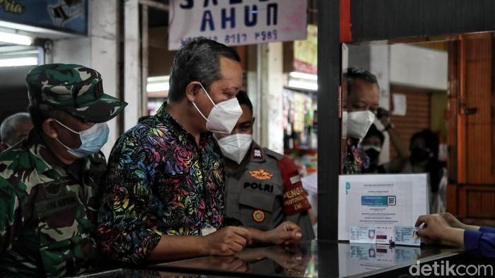 Lurah Sunter Agung bersama Babinsa-Satpol PP melakukan sidak pemeriksaan sertifikat vaksin di Jakarta Utara. Sidak itu sasar pasar tradisional di kawasan Sunter
