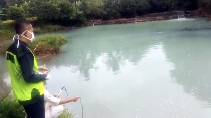 Tercemar limbah asam sulfat, ikan di Sungai Cikaso mati