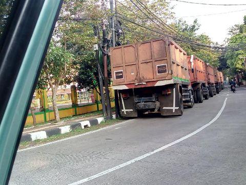 Truk-truk parkir berjejer di Jl Duren Bangka, Jaksel, memakan nyaris setengah badan jalan, 5 Agustus 2021. (Sumber: Yusuf, warga)