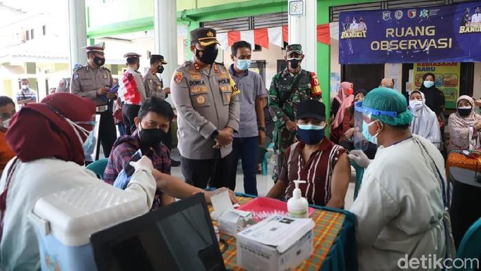 Polisi Kabupaten Mojokerto menggenjot vaksinasi COVID-19 menjelang HUT Kemerdekaan RI. Polisi membuka gerai vaksin merdeka untuk membantu pemerintah mencapai target herd immunity.