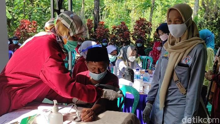 Seratus penyandang disabilitas di Desa Krebet, Kecamatan Jambon menjalani vaksinasi COVID-19. Mereka disuntik vaksin Sinopharm sesuai program pemerintah.